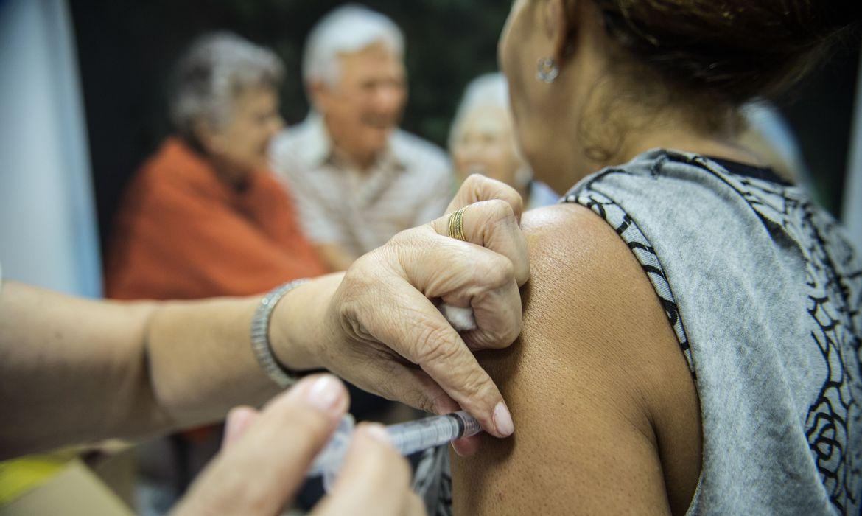 Vacinação contra COVID-19 para idosos de 72 e 73 anos começou hoje (18) Quinta